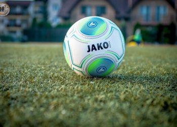 piłka na boisku piłki nożnej